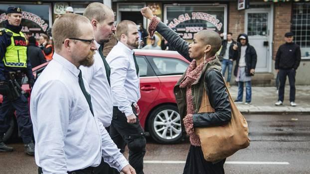 Borlänge/Schweden, 1. Mai 2016: Die schwedische Aktivistin Tess Asplund stellt sich einer Nazi-Demonstration in den Weg. Das Bild ging viral. Asplund's Kommentar: «Wenn dieses Bild von mir mehr Menschen dazu bringen kann, Widerstand zu leisten, dann ist alles gut.»