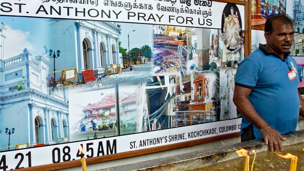 Menschen erinnern das Attentat am St. Athony's Shrine in Colombo.