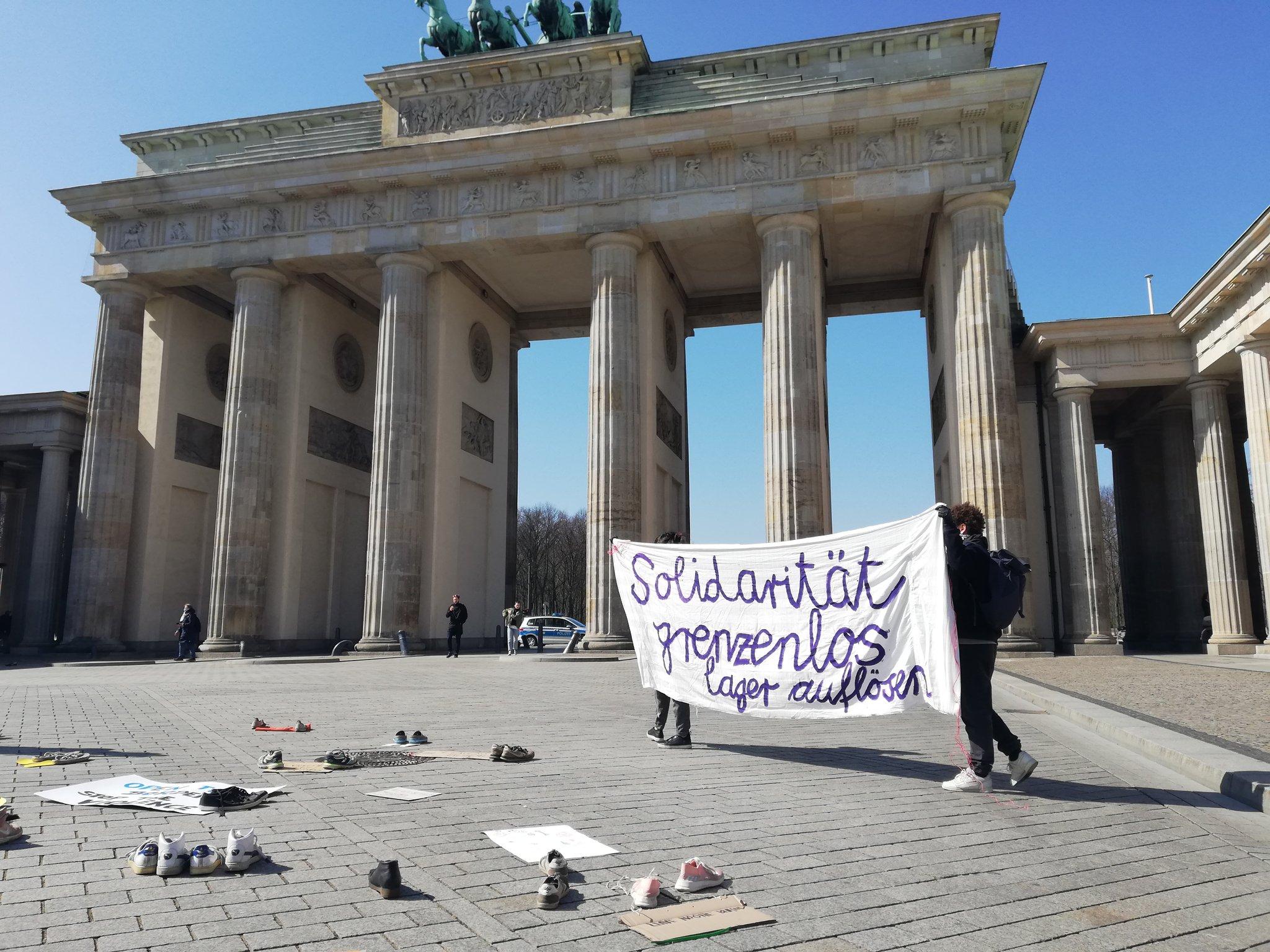 Protest von Seebrücke am 5.4.2020, Brandburger Tor: #LeaveNoOneBehind