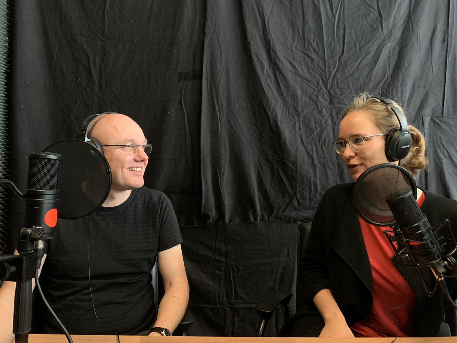 Albert Scharenberg und Anika Taschke bei der Produktion von Folge 3 des Podcasts «Rosalux History»