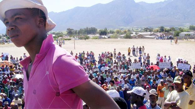 Südafrika: Streikende FarmarbeiterInnen bei Kundgebung