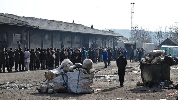 das foto entstand bei einer delegationsreise der rls zur situation geflchteter in serbien 2017 die mnner warten auf das essen das in dem illegalen camp - Burgerrechte Beispiele